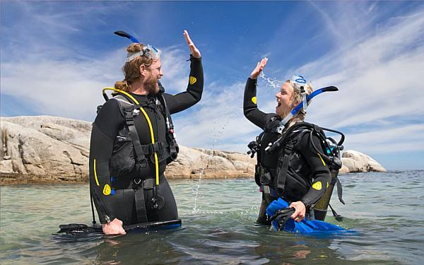 mergulhadores se cumprimentam na água